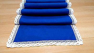 Úžitkový textil - Modrý behúň s bavlnenou čipkou - 11096882_