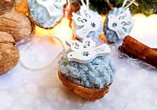 Dekorácie - Vianočné orechy bledomodré s holubicami - 11095911_