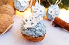 Dekorácie - Vianočné orechy bledomodré s holubicami - 11095916_