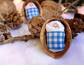 Dekorácie - Vianočné oriešky s bábätkom, károvaná, modrá stuha - 11095372_