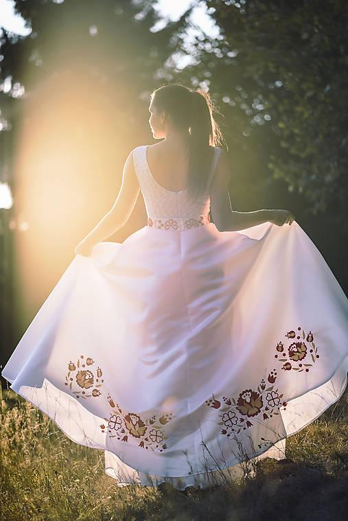 Svadobné šaty s výšivkou