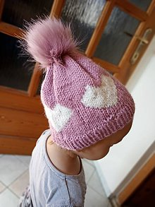 Detské čiapky - Pletená čiapka so srdiečkom - 11099109_