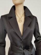 Kabáty - Saténové sako so zlatou paspulou - 11101485_