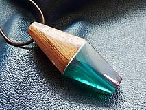 Náhrdelníky - Biely vír v smaragde- Drevený náhrdelník - 11100801_