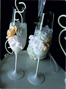 Nádoby - Svadobné poháre s čipkou a kvetmi(krémové) - 11102433_