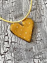 Náhrdelníky - bodkované srdiečko-náhrdelník (žltá s patinou) - 11105867_