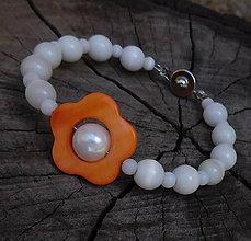 Náramky - náramoček perleťový kvietok oranž - 11112776_