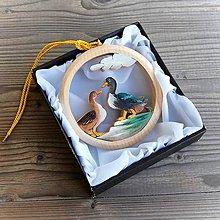 Dekorácie - Drevené Kačice Závesná dekorácia - 11111145_