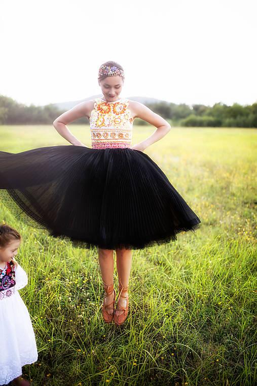 čierne plisované šaty Poľana