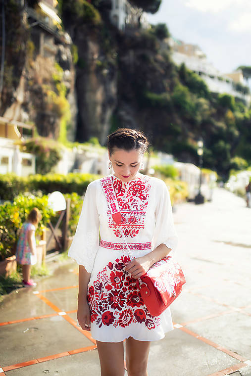 krátke biele šaty s červenou výšivkou Poľana