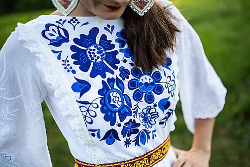 krátke šaty s modrou výšivkou Poľana