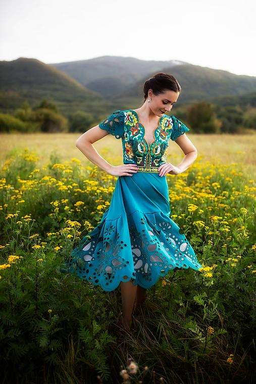 zelené šaty s výšivkou Poľana