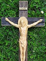 Dekorácie - Drevený krížik s vyrezaným Ježišom - 11115073_