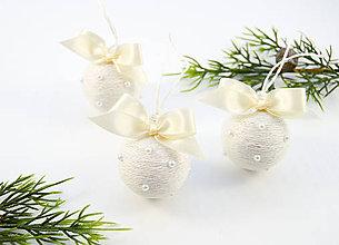 Dekorácie - Vianočné guličky s perličkami (biele) - 11114767_