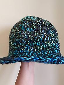 Čiapky - Háčkovany klobúk v zeleno modrých farbách - 11114801_