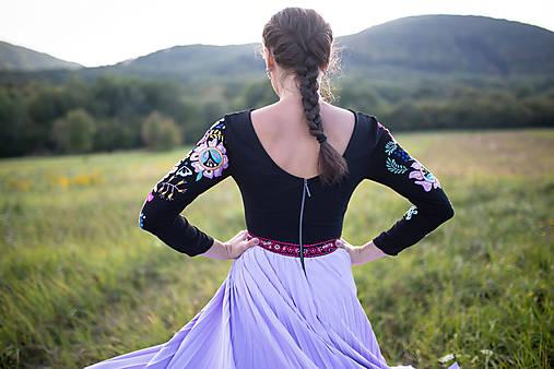 čierne plisované šaty s výšivkou Poľana