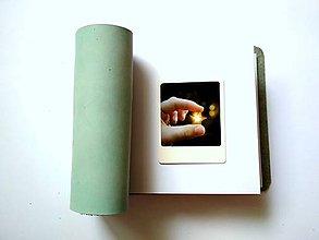Papiernictvo - Fotoalbum kožený 13x16 cm bledomodrý- nubuk - 11117715_