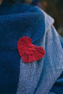 Odznaky/Brošne - Macrame brošňa srdce - 11119290_