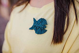 Odznaky/Brošne - Macrame brošňa rybka - 11119315_