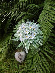 Dekorácie - margarétková kytica v objatí papraďových listov - 11119620_