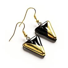 Náušnice - Sklenené náušnice čierné trojuholníkové pozlátené - 11126057_