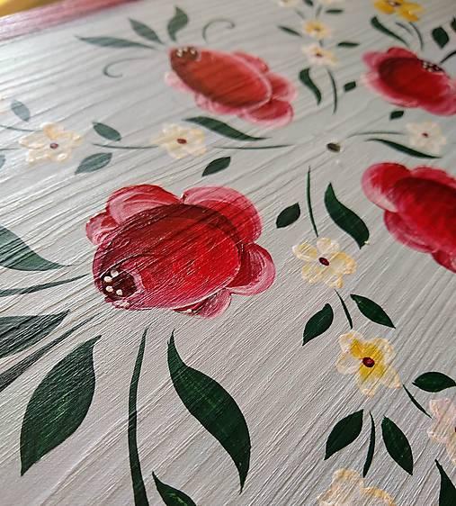 Ručne maľovaný stolík s rúžami