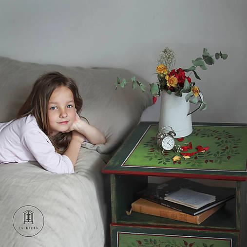 Ručne maľovaný stolík so šípkami
