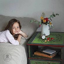 Nábytok - Ručne maľovaný stolík so šípkami - 11130146_