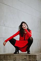 Šaty - FNDLK úpletové šaty 424 RVL midi s rozparkami - 11130354_