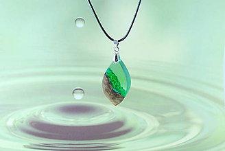 Náhrdelníky - Kvapka zelene- Drevený náhrdelník - 11132178_