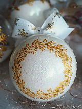 Dekorácie - BIELO ZLATÉ vianočné gule s 3D fotkou (vzor na bokoch + zdobenie štrasovými kamienkami) - 11133224_