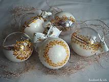 Dekorácie - BIELO ZLATÉ vianočné gule s 3D fotkou (vzor na bokoch + zdobenie štrasovými kamienkami) - 11133226_