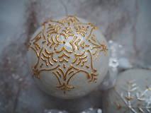 Dekorácie - BIELO ZLATÉ vianočné gule s 3D fotkou (vzor na bokoch + zdobenie štrasovými kamienkami) - 11133230_