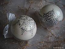 Dekorácie - BIELO STRIEBORNÉ vianočné gule s 3D fotkou (vzor na bokoch a na zadnej strane) - 11133260_