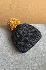 Horčicový brmbolec na Tm.šedej čiapke