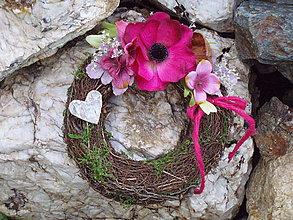 Dekorácie - Smútočný veniec vo vínovej farbe so srdcom - 11136777_