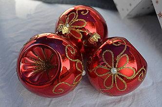 Dekorácie - Červené vypichované guličky s kvietkom - 11139678_