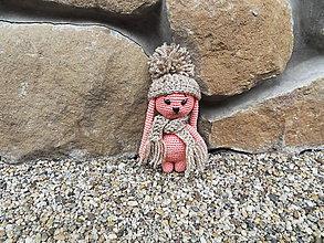 Hračky - Milý háčkovaný zajačik s čiapkou a šálom - 11138185_