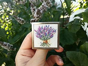 """Odznaky/Brošne - Ručne vyšívana brošňa """"Levanduľová kytica"""" Poštovné ZDARMA - 11138868_"""