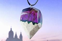 Náhrdelníky - Rozprávkový mach- Drevený prívesok fialový - 11139508_