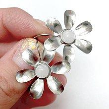 Náušnice - White Jade Flower Stainless Steel Earrings / Visiace náušnice s bielym jadeitom (chirurgická oceľ) - 11141460_