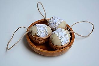 Dekorácie - Vlašský oriešok s bielou čipkou - 11142180_