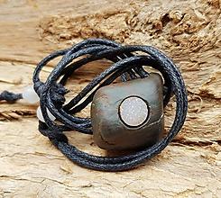 Náhrdelníky - Biela drúza v pouličnom kameni :) - 11143949_