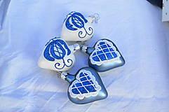 Dekorácie - Bielo-modré folklórne srdiečka - 11146376_