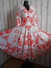 """Šaty - FLORAL FOLK """" Slovenská ornamentika """", spoločenské šaty v dĺžke midi (Biela + červený vzor) - 11151857_"""