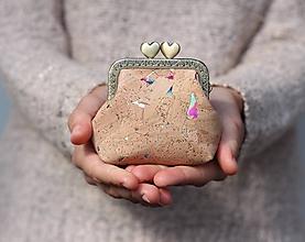 Peňaženky - Korková peňaženka s kovovým rámikom - dúhové fľaky - 11150493_