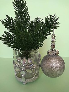 Dekorácie - Strieborná vianočná guľa (s koralkami) - 11150076_