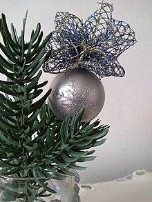 Dekorácie - Strieborná vianočná guľa (so sukienkou II) - 11150119_