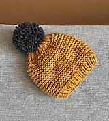 Tm. šedý brmbolec na horčicovej čiapke