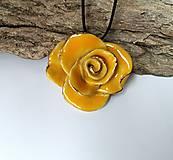 Náhrdelníky - Keramický šperk - Žltá ruža - 11154582_